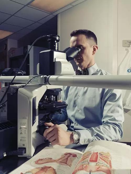 △手术病理学家James Mitchell观察移植样本,以确定没有排异反应。