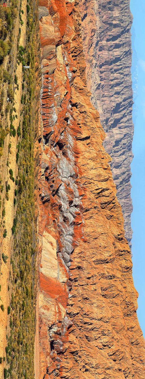 迂腐海洋遗留的盐岩地层| 阿克苏地区温宿县东部,玉尔滚立交桥东北倾向,却勒塔格山西段的却勒盐推覆体。山体上的白色物质为盐岩(及盐霜)。摄影师@常力。更众新闻参见文献。注:塔里木盆地两侧的盐岩并非全由古海洋穷乏形成,也有一些盐源于古代盐湖。