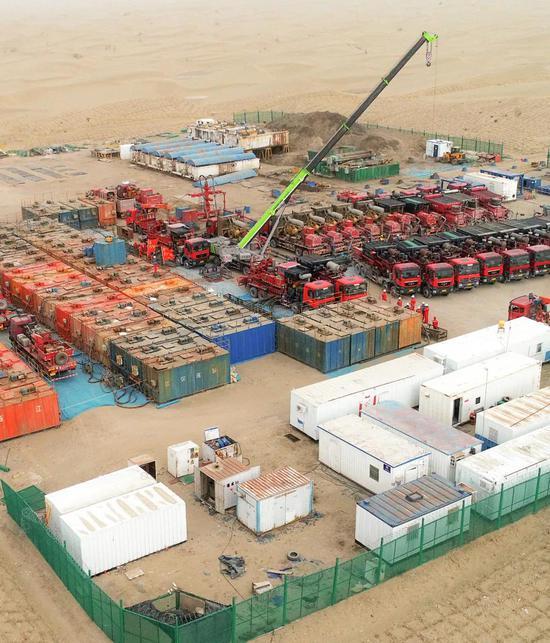 齐集在塔克拉玛干沙漠内地的工业力量| 这处压裂站在为油井压裂准备设备和物资。图源@VCG