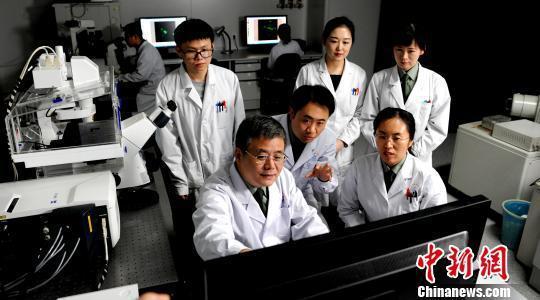 科研团队成员配合观测分子影像并交换发明。 岳恒冰 摄