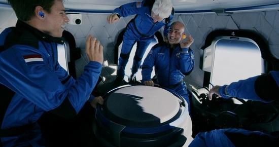 失重状态下的太空舱   蓝色起源