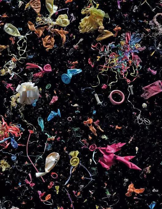 絕大部分的被放飛的氣球在升空到達一定高度后爆裂成碎片,它們最終會歸入大海,而附著在氣球上的諸如彩帶和繩結也會使海洋生物造成誤食和纏繞。圖中所有這些氣球碎片都是從世界各地的海灘收集而來。圖/Mandy Barker