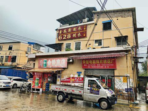 容纳了上千家制衣作坊的瑞宝制衣城,正是中国制造业被折叠的那部分的真实缩影。