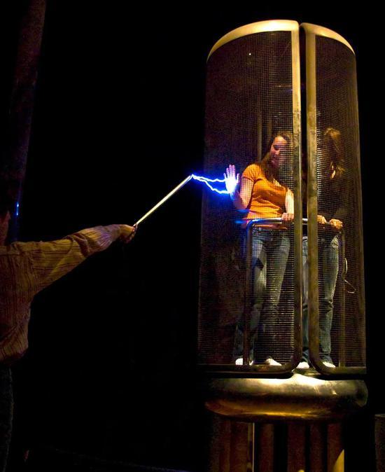 法拉第笼能够屏蔽电磁场 |图源:Wikipedia