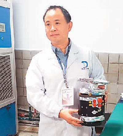 谢更新手捧嫦娥四号生物科普实验载荷留影。
