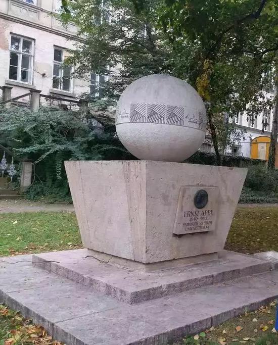 耶拿大学城里写到阿贝墓碑上的物理公式。