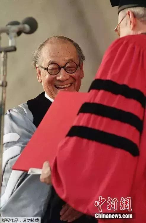 1995年6月8日,华裔建筑大师贝聿铭获得美国哈佛大学荣誉学位。(资料图)
