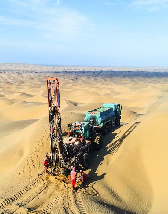石油勘探人员在沙漠内地作业| 在异国道路的沙漠内地进走勘探作业,对于人员和设备都是极大的考验。图源@VCG