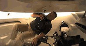 贝恩肯在太空舱翻跟斗 图源:NASA 下同