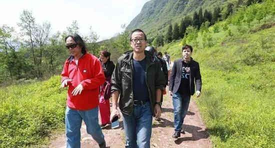 图:《洪哥梦游记》中和嘉宾一起的俞敏洪