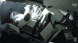 两名宇航员切换手动驾驶