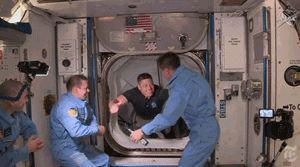 赫尔利和贝恩肯顺利进入空间站