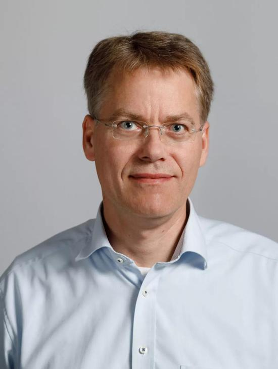 Jürgen Berges,海德堡大学物理学教授是理解远离平衡动力学普遍性的带头人。