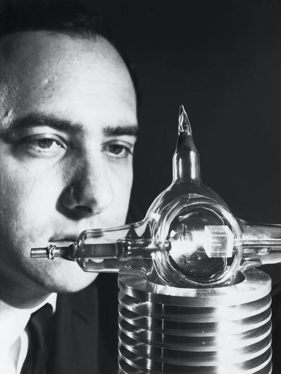 梅曼与他的激光器(1960年7月)。  图片来源:Wikipedia