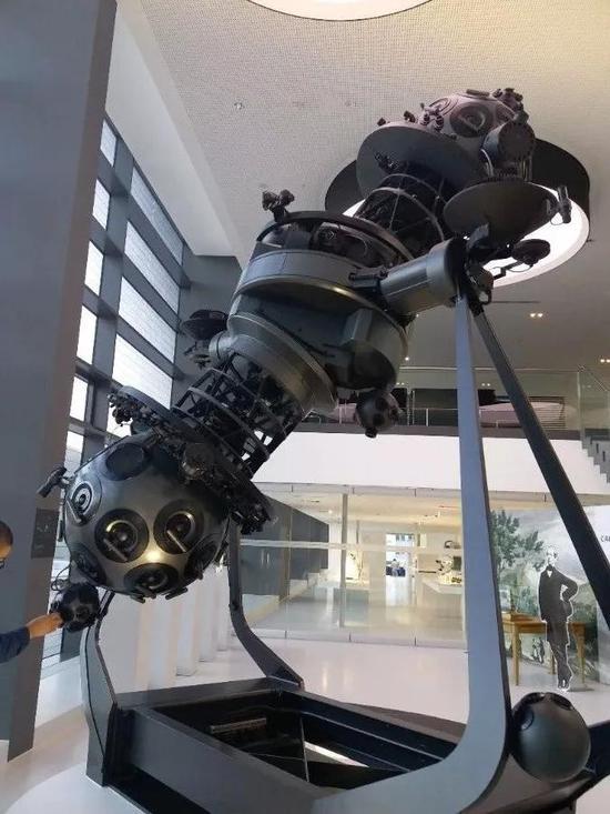 蔡司第一代天象投影系统。今天在蔡司博物馆和耶拿城中,都可以看到这个设计感十足的天象仪,这个天象仪也成为耶拿城市形象的一部分。