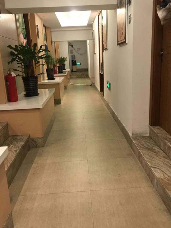 """尚毅医疗磐石华东总部二楼理疗室走廊""""不是会员买不了东西"""""""
