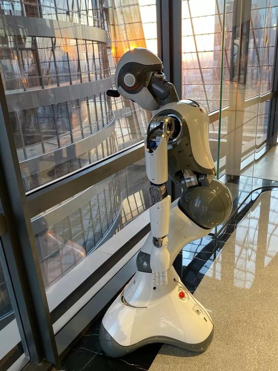 """▲忙碌一天后,正在""""休息""""的智能客服机器人小达"""