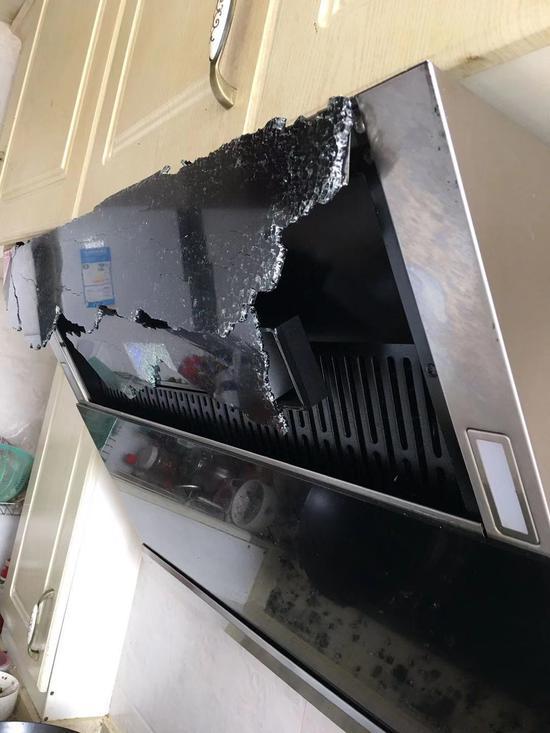 ▲抽油烟机外部的玻璃面板发生爆裂