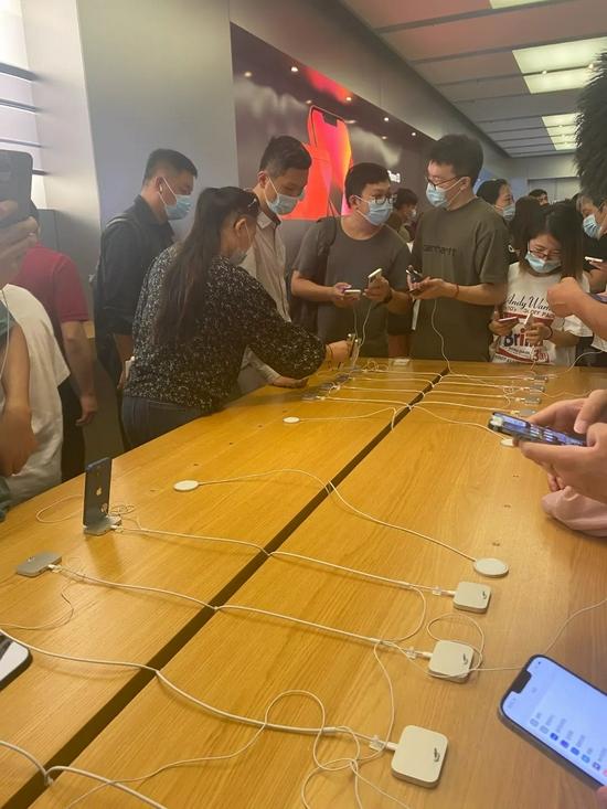 苹果上海南京东路旗舰店里人满为患图源:IT时报