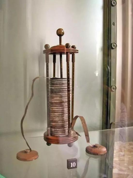 """伏打亲手制作的""""伏打电堆"""",现藏于意大利伏打博物馆,图片来源:维基百科"""