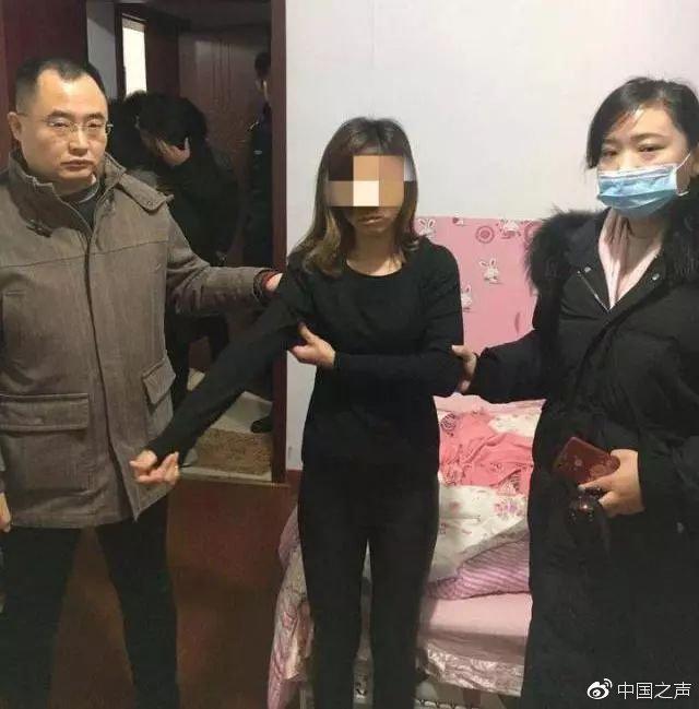 站在中间的女子是警方抓获的敲诈嫌疑人