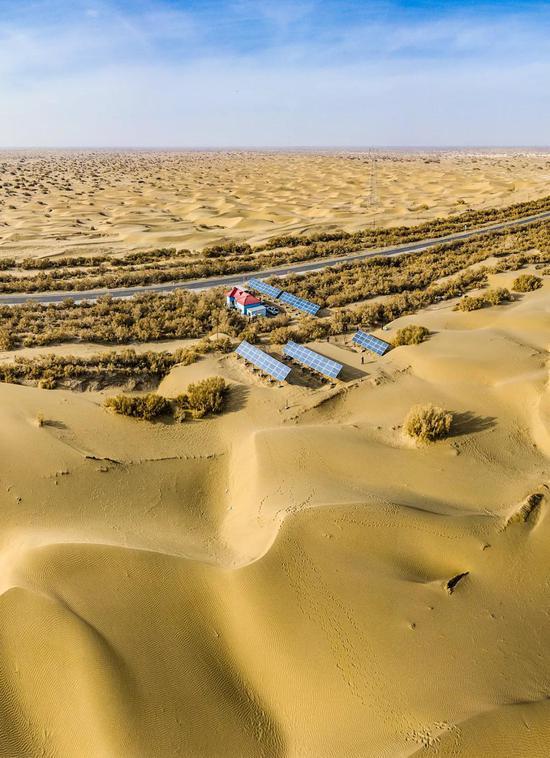 塔克拉玛干沙漠公路| 路边是一处取水房,为去来车辆挑供便利。一些太阳能发电板分布在方圆挑供能源。相通的取水房每100千米就有一处,清淡由一对夫妻共同值守。图源@VCG