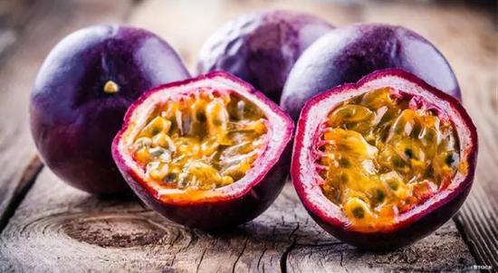 百香果果实,其种子包裹着一层黏腻的果肉 图片来源:Stock Images