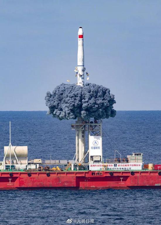 长征十一号会采取先冷发射弹出再点火的方式,从海上平台发射图片来源:光明日报