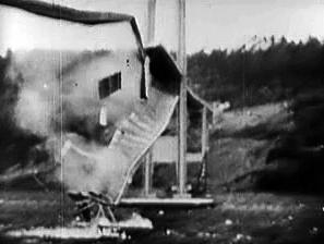 1940年塔科马吊桥倒塌 | 图源:Wikipedia