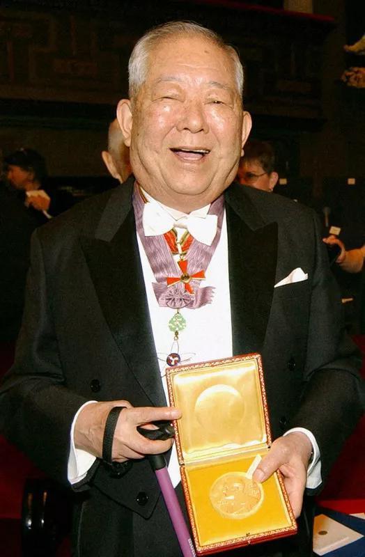 图:2002年,展现本身获得的诺贝尔物理学奖奖牌的幼柴昌俊。来源:Kyodo