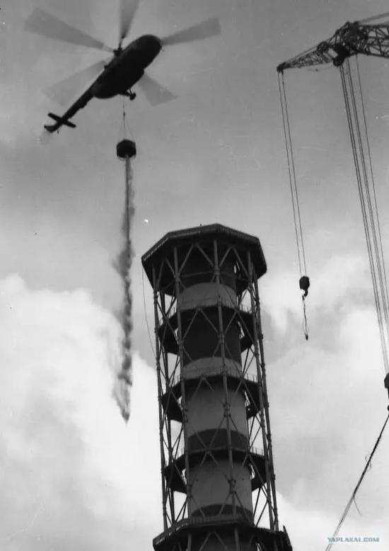 ▲ 飞行员在投放混有硼酸的沙子给反应堆灭火