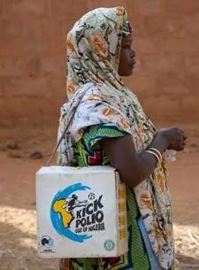 尼日利亚索科托上门递送疫苗的妇女   gatesfoundation.org