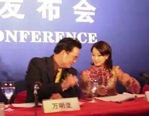 发布会上万明坚与金喜善来源:搜狐娱乐