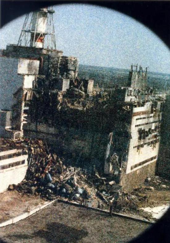 ▲ 这是历史上第一张事故照片(图片非常模糊是因为辐射破坏了相机的胶卷)