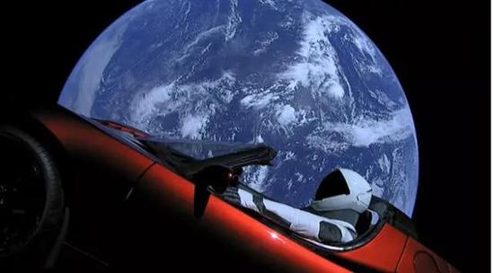 特斯拉Roadster升入太空后看地球,当然宇航员是模型