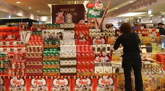 2014年11月11日,在韩国首尔,一家商场摆出各式各样的巧克力棒吸引消耗者购买。新华社记者姚琪琳摄