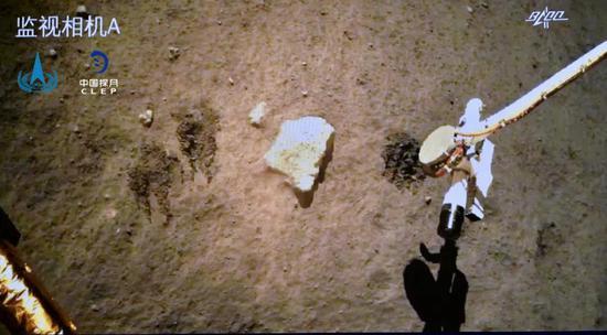 嫦娥五号探测器在月球表面自动采样(来源:国家航天局)