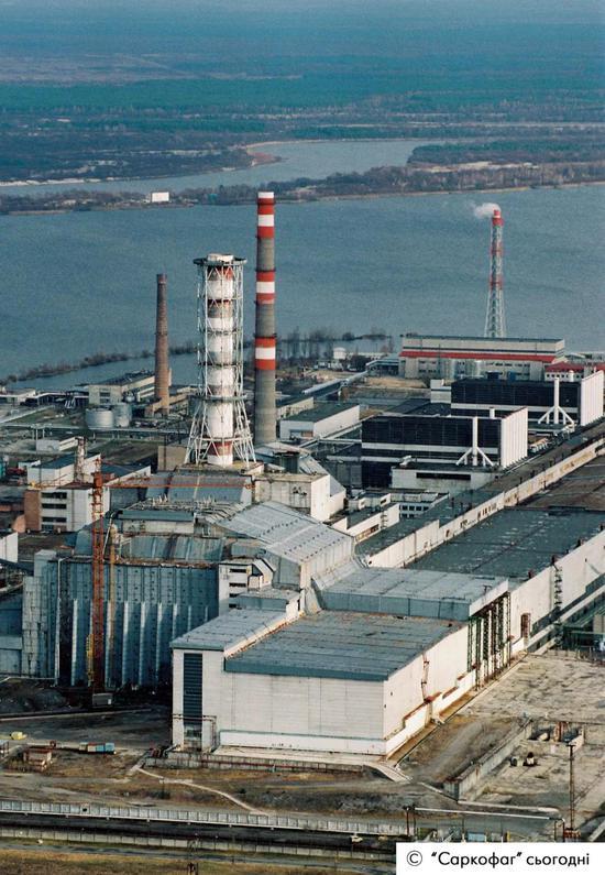 ▲使用了40多万立方米的混凝土和7300吨钢材,建造了一个巨型石棺,将4号机组从此封印了起来,1986年11月底完成