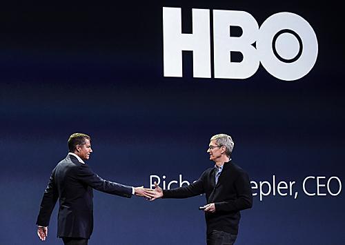 苹果公司首席执行官蒂姆·库克(右)与HBO公司首席执行官理查德·普莱普勒宣布在Apple TV系统开展合作。(新华社)