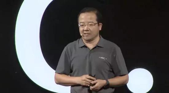 图注:8月9日开发者大会上,王成录发布EMUI 10