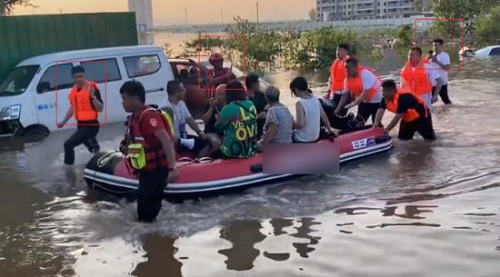 救援队跑去救河南的水灾,结果网红们把救生艇都给偷了