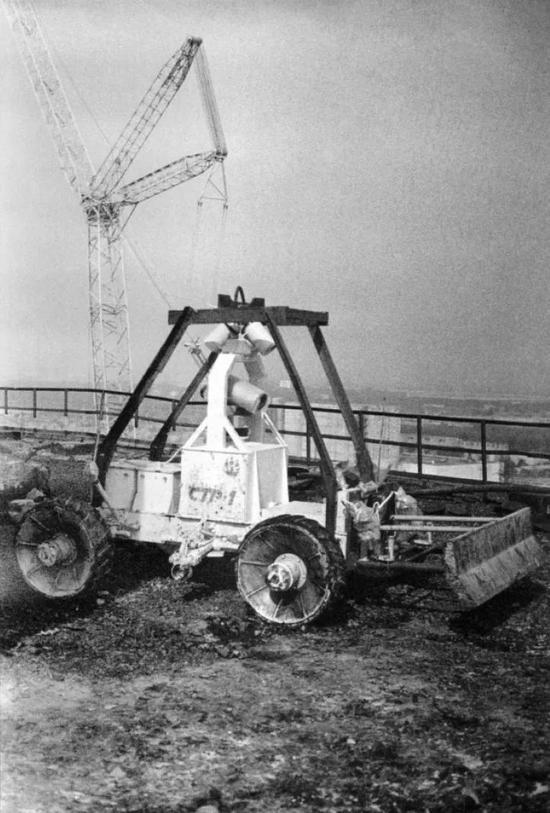 ▲ 在辐射极高地区尝试使用机器人来进行清理,但是机器人的电路并不能承受如此高强度的辐射