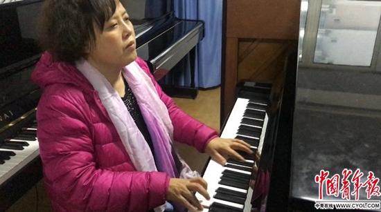 调音师陈燕在弹奏钢琴。中国青年报·中国青年网见习记者张艺/摄