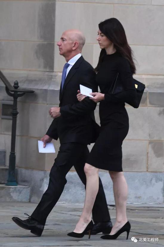 2018年9月1日,贝索斯夫妇在镜头前挽手同行