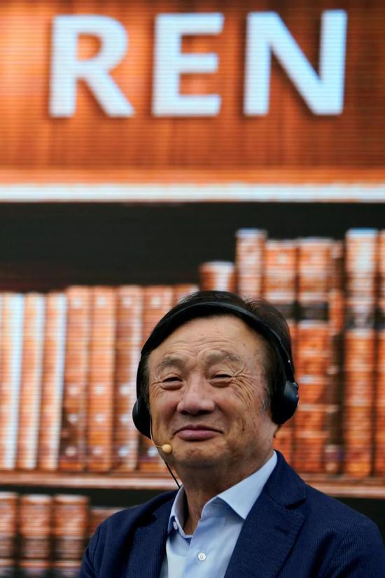 """2019年6月17日,华为公司创始人任正非与美国学者乔治·吉尔德、尼古拉斯·内格罗蓬特在华为深圳总部就""""技术、市场和企业""""主题进行对话。"""