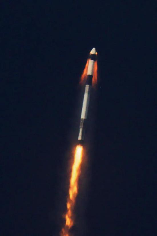 猎鹰9号发射过程中测试龙飞船的逃逸系统