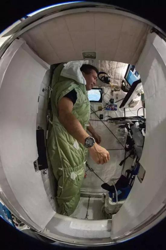 遠征38航空工程師、JAXA航天員Koichi Wakata,在其艙位上捆綁於睡袋中。(圖片來源:NASA)