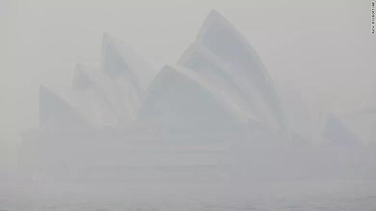 暗藏于烟雾中的悉尼歌剧院。(图片来源:Bianca Britton)