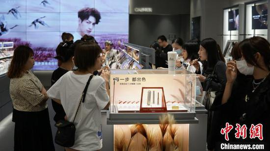 女性消费者在挑选化妆品和首饰。 莫德令 摄