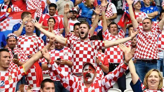 克罗地亚球迷开心庆祝赢球。图片来源:Dictate The Game
